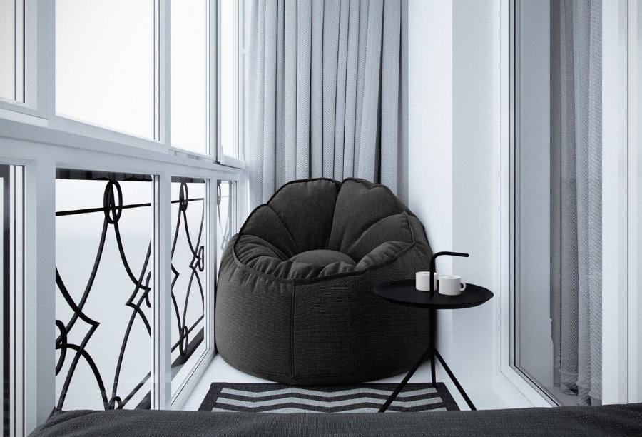 Бескаркасное кресло на лоджии в квартире