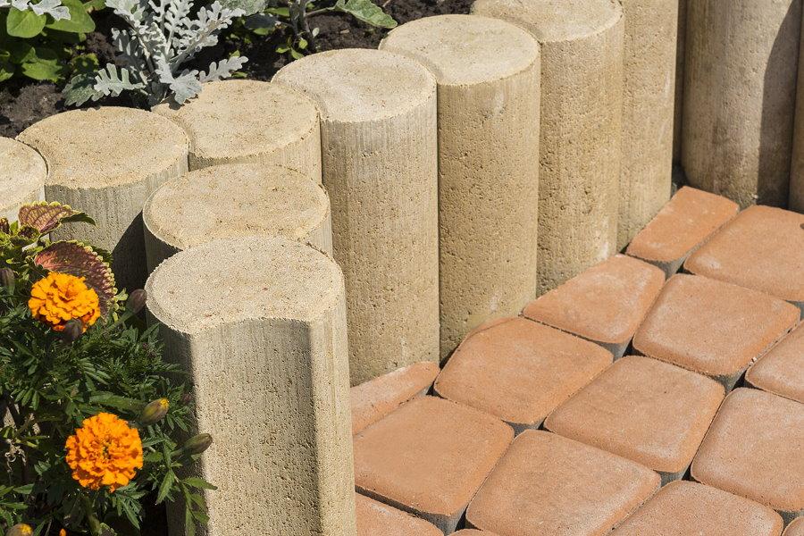 бетонные столбики на дачной клумбе