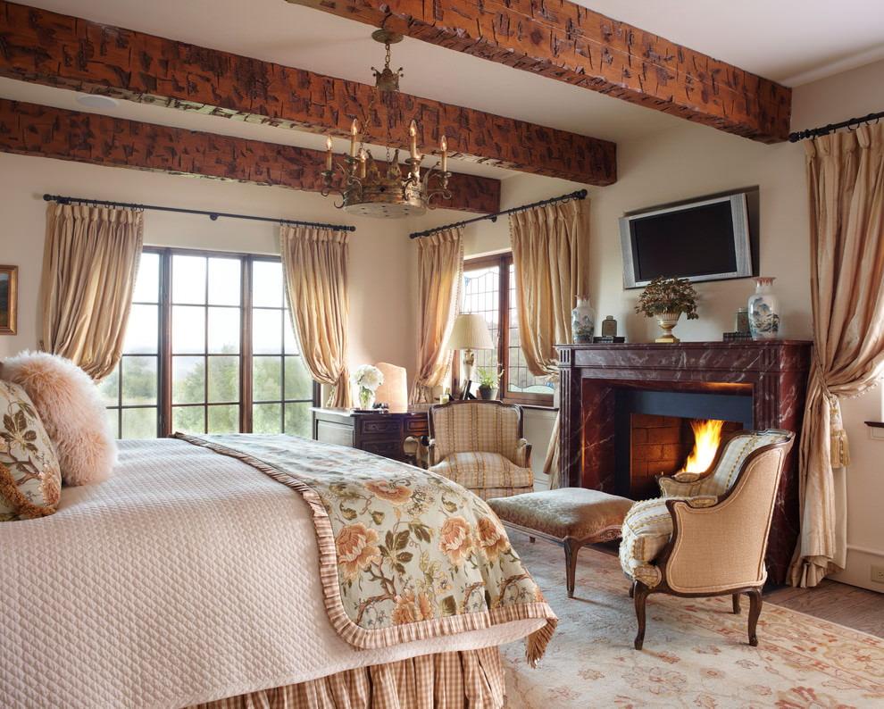 Деревянные балки в спальне с бежевыми занавесями