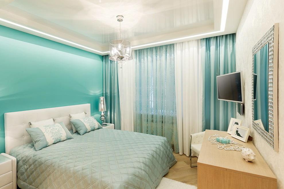 Бирюзовые шторы в интерьере спальной комнаты