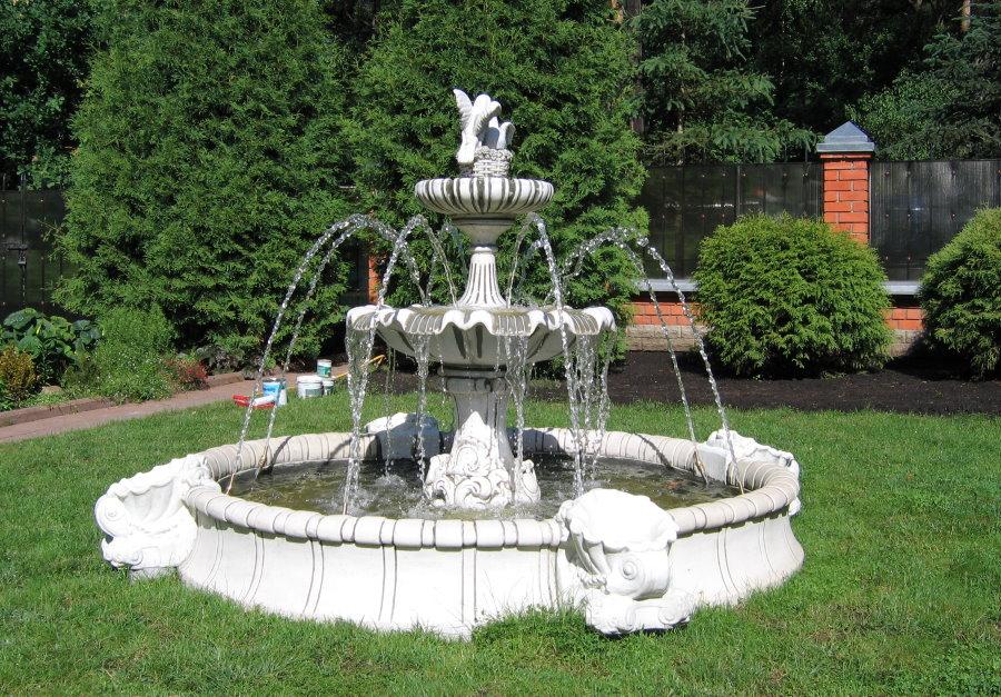 Ландшафт загородного участка с большим фонтаном