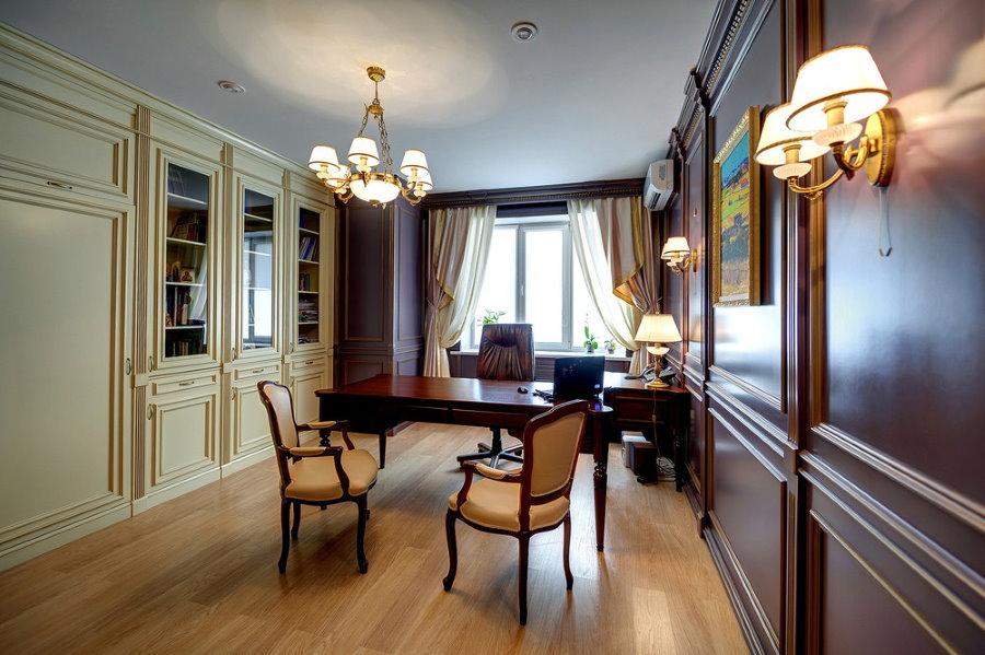 Просторный домашний кабинет в стиле классики
