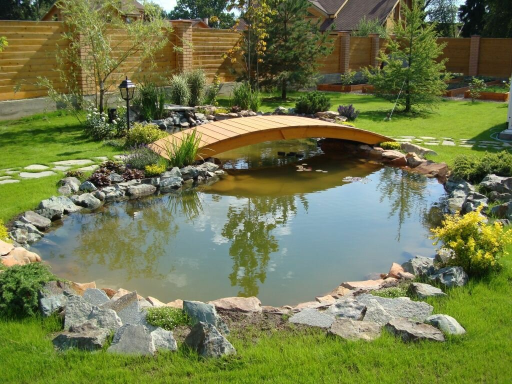 Ландшафт садового участка с искусственным прудом
