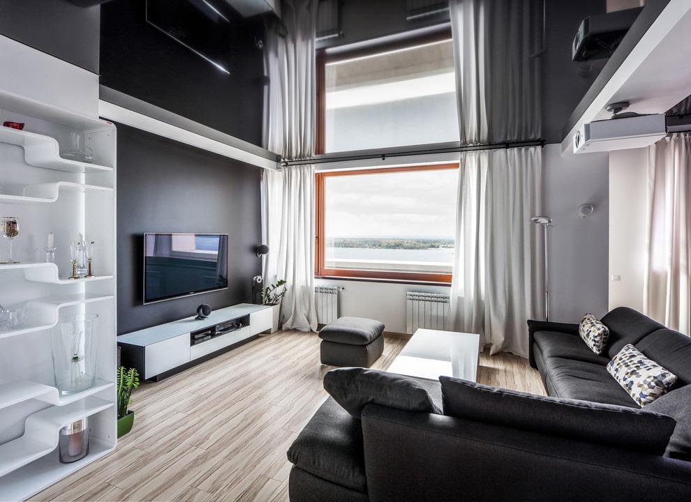 Интерьер зала с черным натяжным потолком
