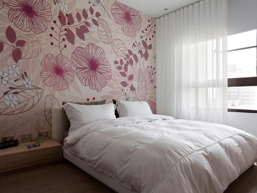 Крупные цветы на бумажных обоях в спальне