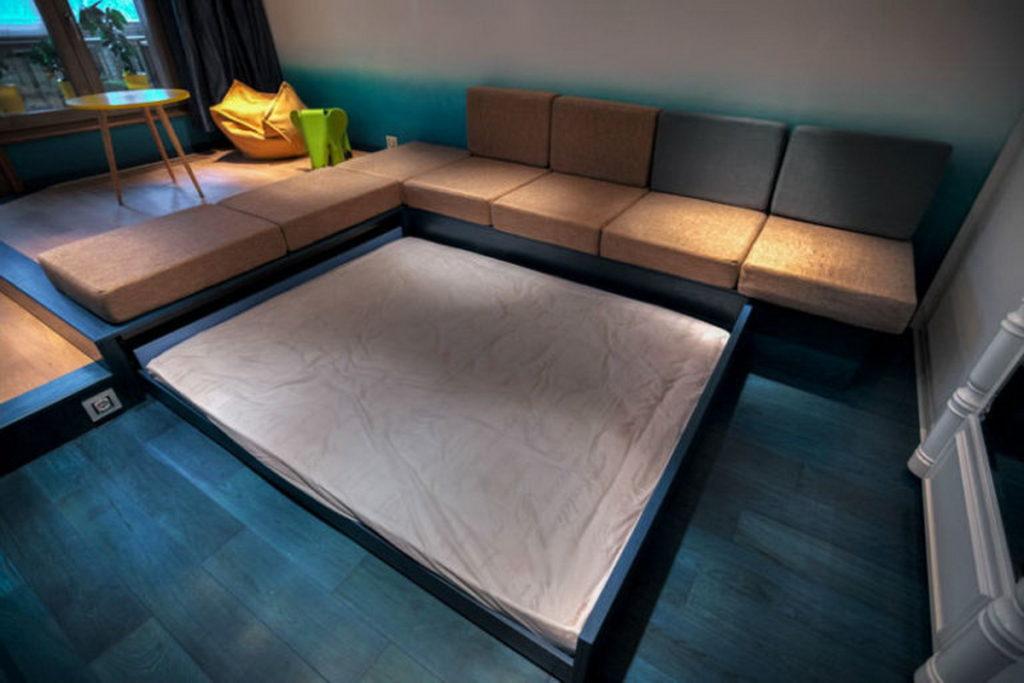 Выкатная кровать в невысоком подиуме в зале