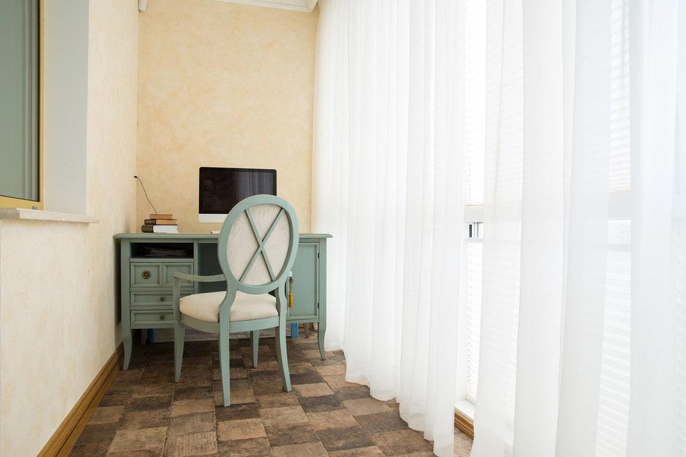 Белые шторы на лоджии с керамической плиткой