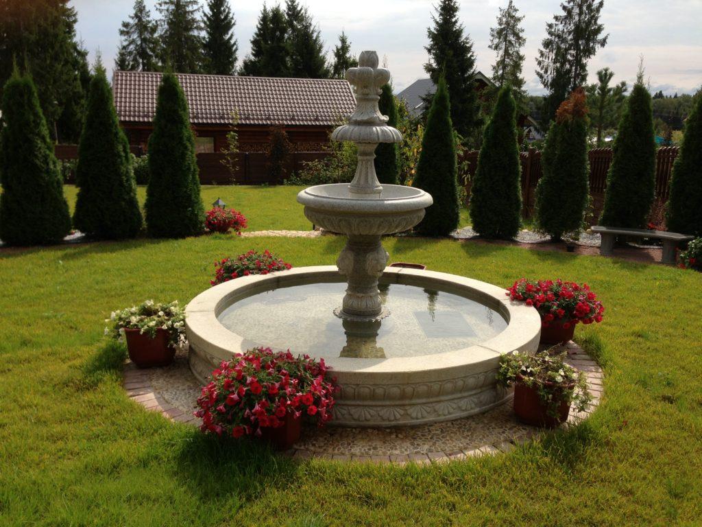 Большой фонтан в ландшафте загородного участка