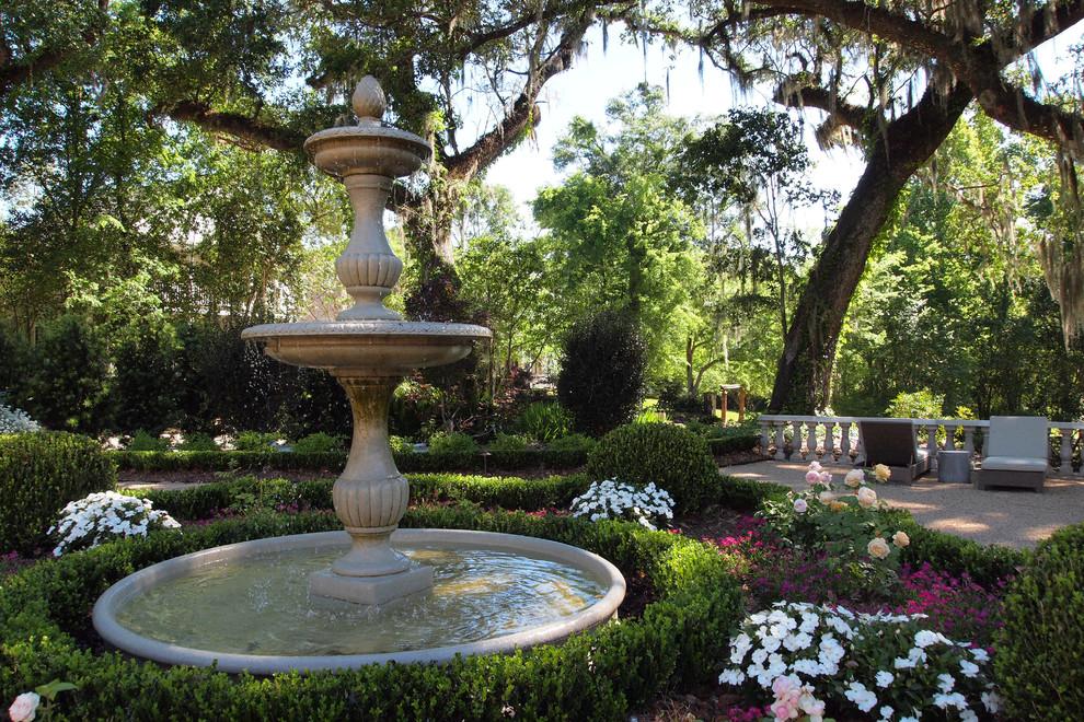 Садовый фонтан в тенистом уголке участка