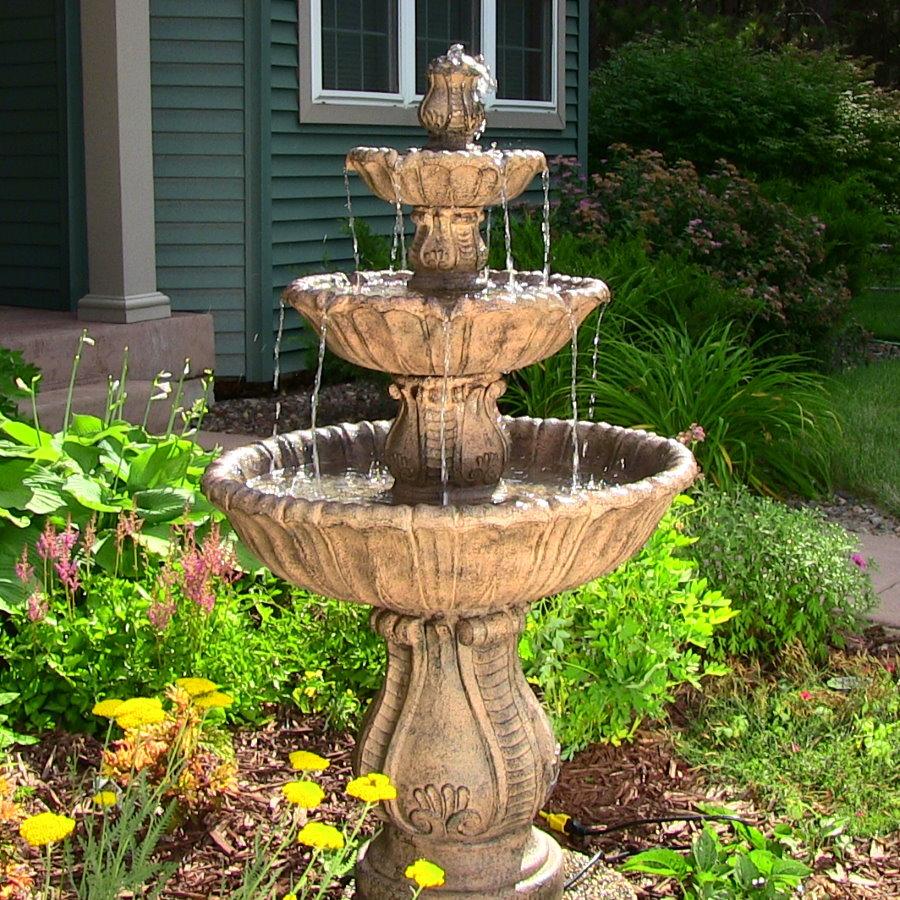 Небольшой фонтан перед входом в дом