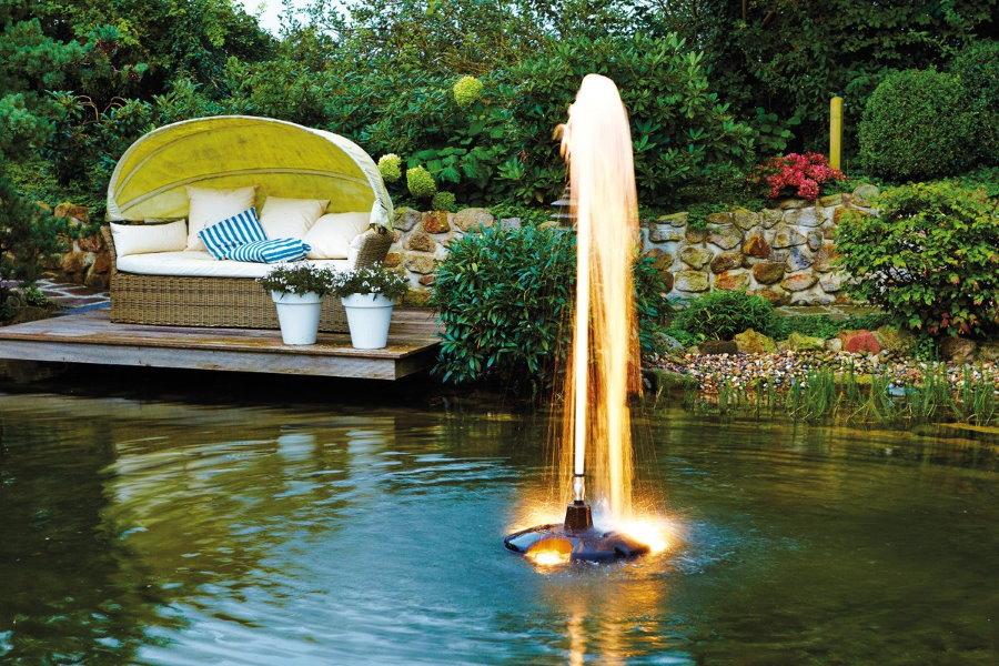 Погружной фонтан в естественном пруду на даче