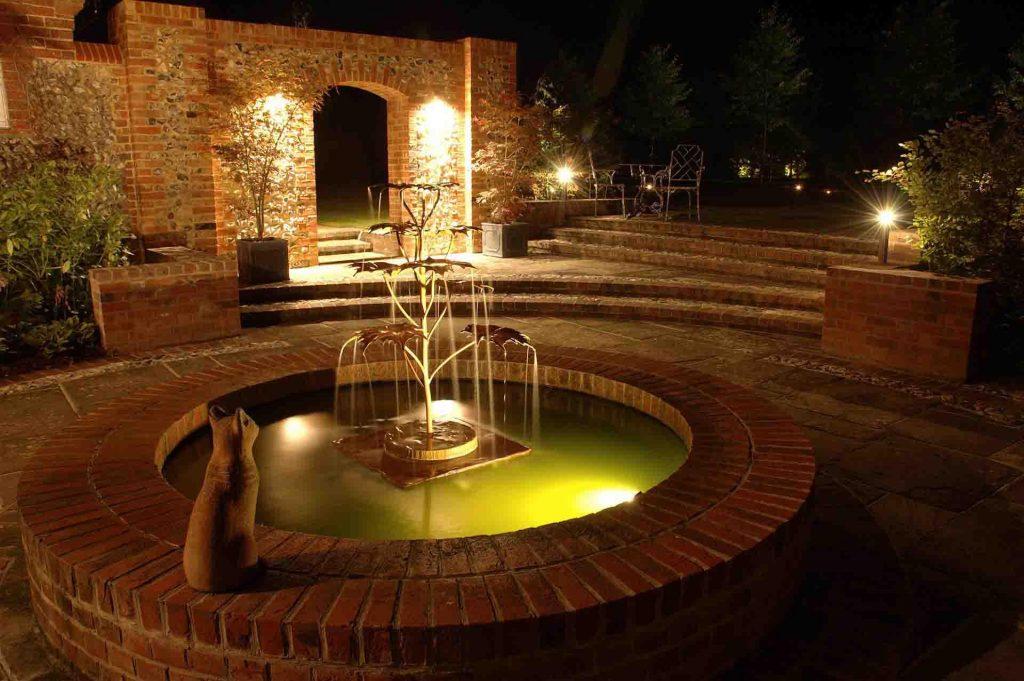 Фонтан с декоративной подсветкой в ночное время суток