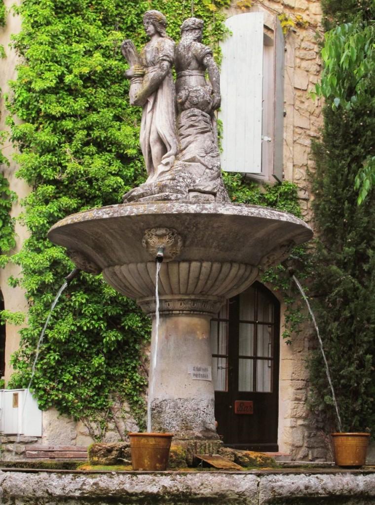 Скульптурный фонтан возле частного дома