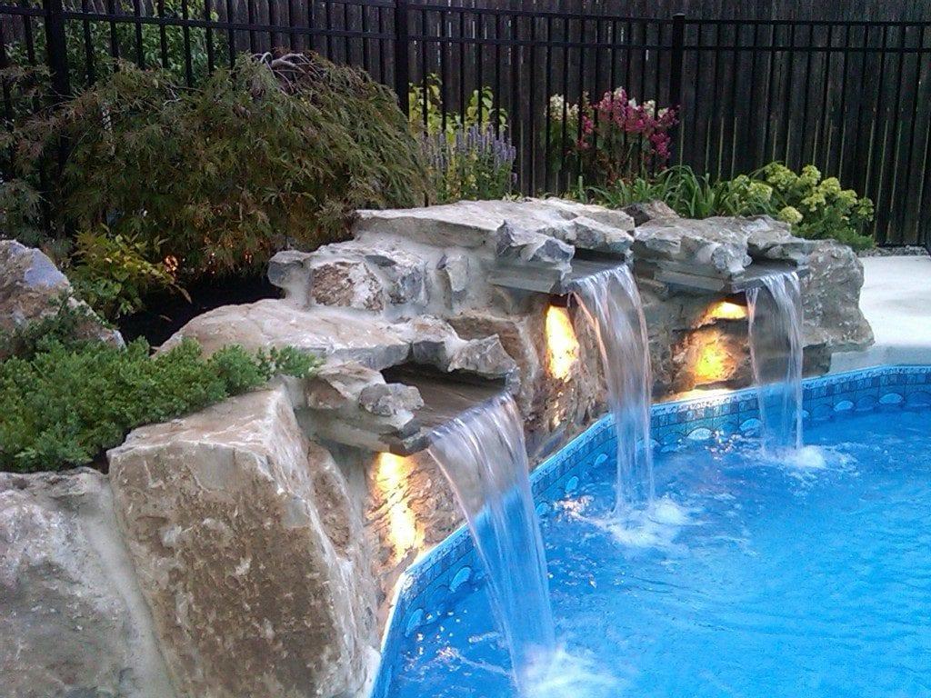 Фонтан из камней в бассейне на дачном участке
