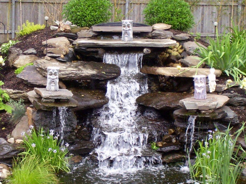 Фонтан падающая вода из природного камня