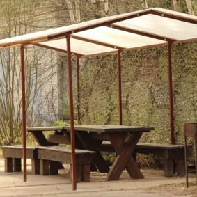Деревянный стол в открытой беседке