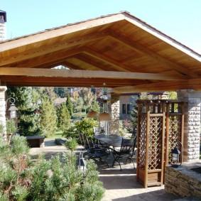 Двускатная крыша летней беседки