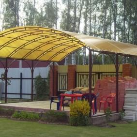 Желтый поликарбонат на арочной крыше беседки