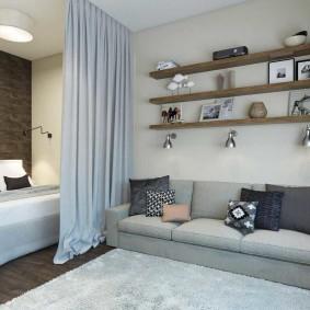 Открытые полки над диваном в однушке