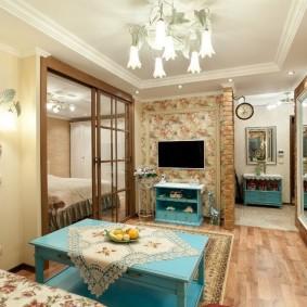 Деревянный стол в квартире деревенского стиля