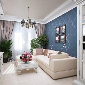 Синие обои на стене за диваном