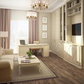 Светлый коврик на полу перед диваном