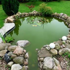 Зеленая вода в искусственном пруду