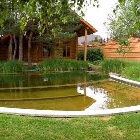 Плавательный пруд около дачного домика