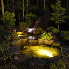 Эффектная подсветка декоративного пруда