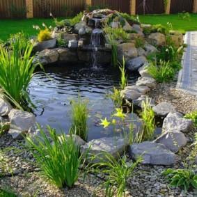 Декор камнями берегов водоема