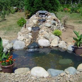 Каменистый ручей на садовом участке