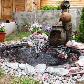 Декоративный водоем с небольшим фонтаном