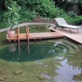 Плавательный пруд в зоне отдыха на даче