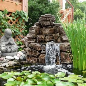 Декоративный водопад в саду восточного стиля