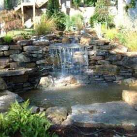 Крупный водопад на склоне садового участка