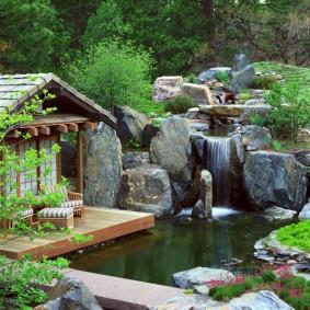 Небольшой сад с водопадом в японском стиле
