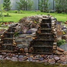 Водопадная композиция на садовом участке
