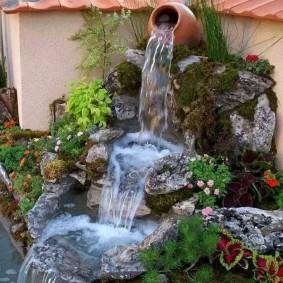 Глиняный кувшин на вершине водопада