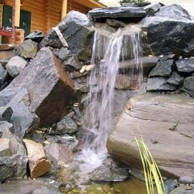 Простой водопад из груды камней