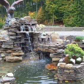 Красивый водопад в ландшафте участка