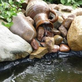Самодельный водопад из керамического кувшина