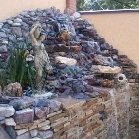 Высокий водопад из мелких камней