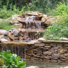 Каскадный водопад в природном стиле