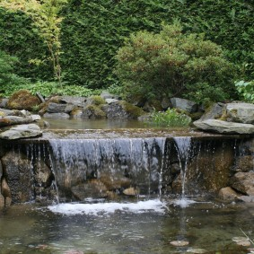 Красивый участок сада в естественном стиле