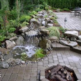 Искусственный ручей с каменным руслом