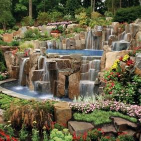 Склон загородного участка с композицией из водопадов