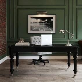Черный письменный стол на фигурных ножках