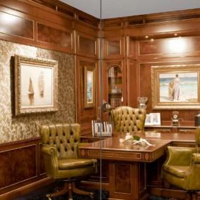 Деревянный стол в кабинете руководителя компании