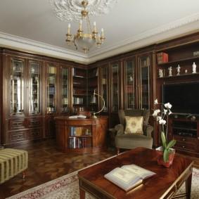 Белый потолок в комнате с деревянной отделкой