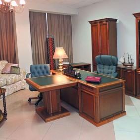Керамический пол в кабинете с массивной мебелью